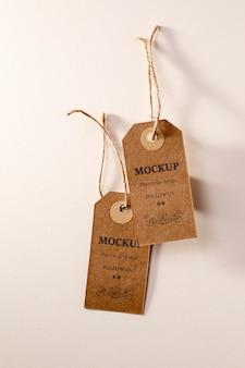 Mock-up di etichette di abbigliamento appeso