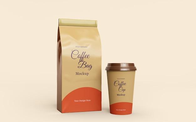Progettazione di mockup di imballaggi per buste e tazze da caffè