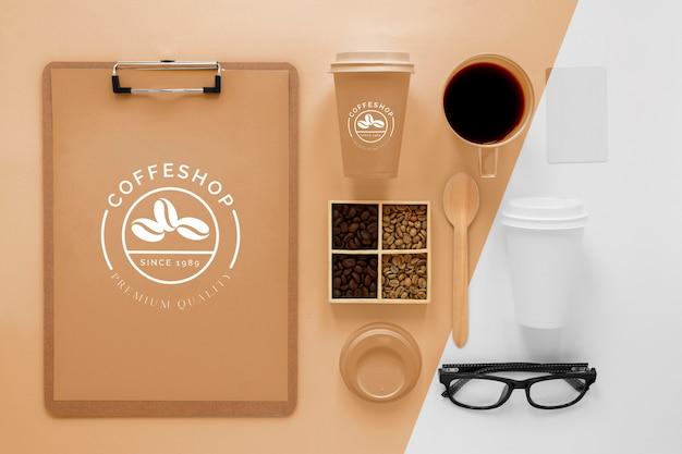Concetto di branding del caffè con fagioli