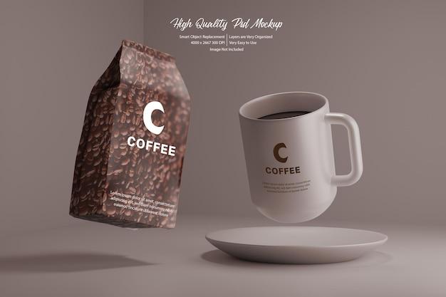 Pacchetto di caffè e tazza volante mockup realistico