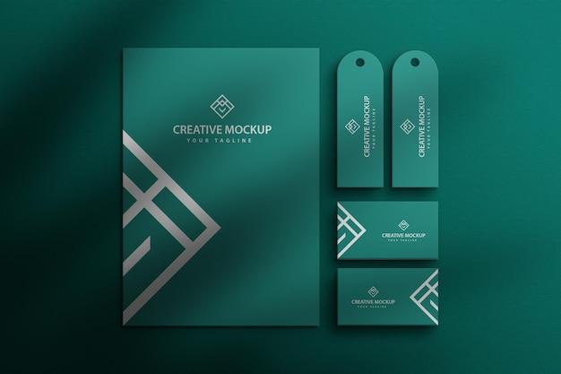 Set di cancelleria a colori con mockup di carta psd premium