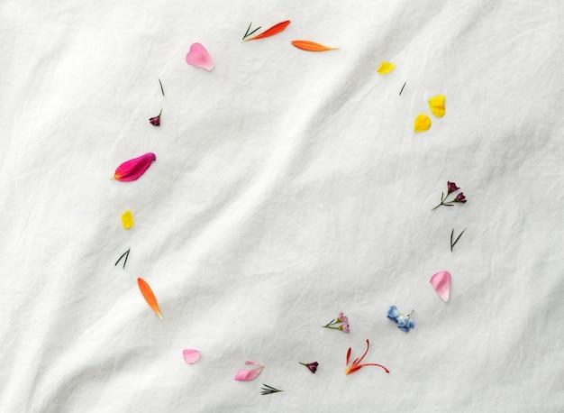 Mockup di cornice rotonda con petali freschi colorati