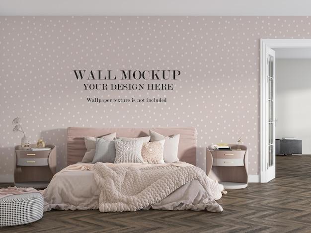 Confortevole camera da letto rosa con design mockup a parete