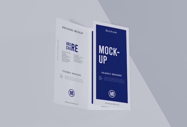 Composizione del modello di brochure isolato su bianco