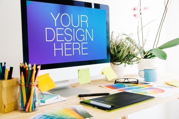 Computer su mockup desktop di progettazione grafica