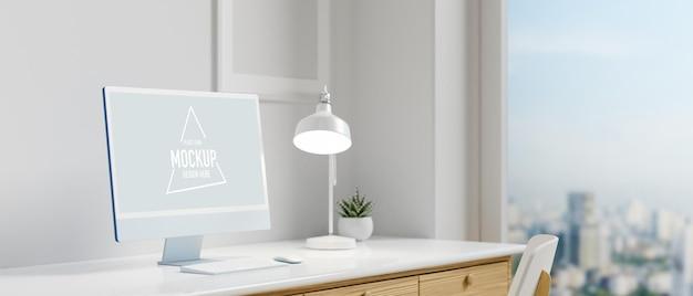 Schermo di mockup del computer sulla scrivania con finestra panoramica