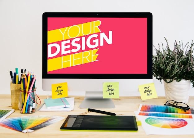 Computer e documenti sul desktop di progettazione grafica mock up