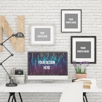 Schermo del computer e tre cornici per foto mock up in ufficio moderno