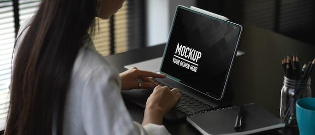 Mockup da tavolo per computer con tavoletta digitale