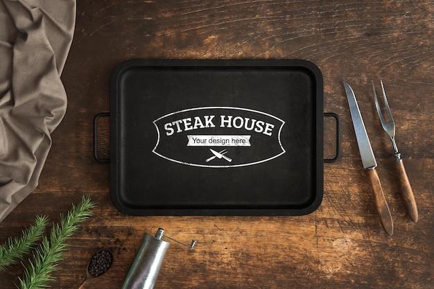 Concetto di cucina con mock-up di padella con griglia in ferro