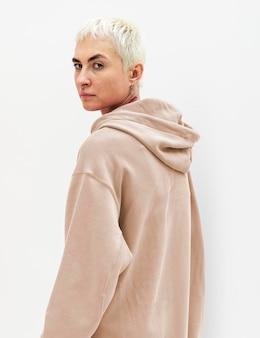 Bella donna con una felpa con cappuccio beige