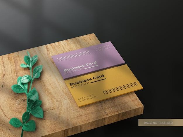 Mockup di biglietti da visita aziendali con struttura in legno