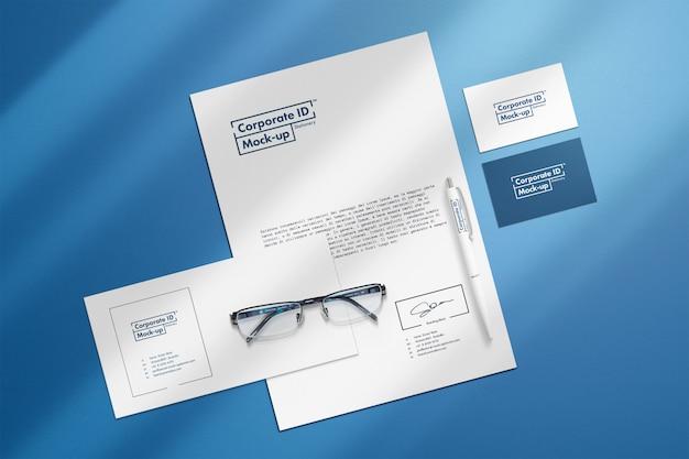 Set di cancelleria aziendale mock-up con oggetti separati
