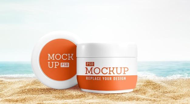 Mockup di barattolo cosmetico pubblicità sulla spiaggia