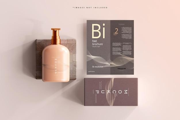 Mockup di bottiglia per pompa cosmetica con brochure pieghevole
