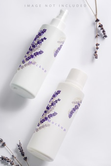 Mockup di bottiglia di cosmetici con fiori di lavanda