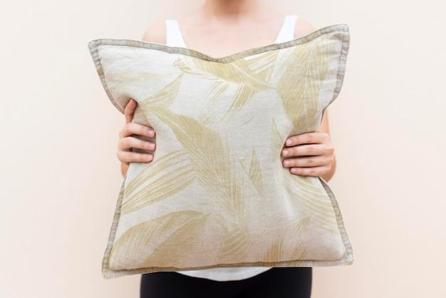 Federa per cuscino in cotone mockup psd nel concetto di vita con motivo floreale