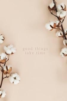Ramo di fiori di cotone su uno sfondo beige mockup