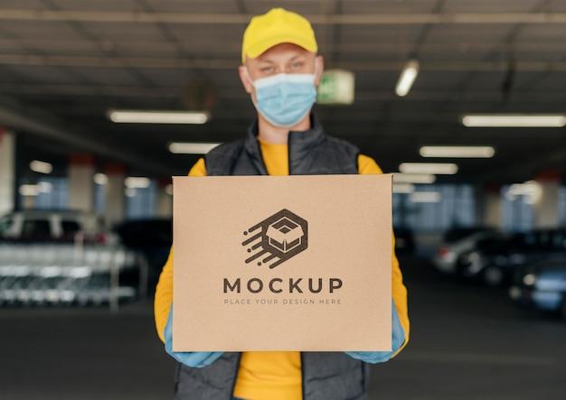 Mockup della scatola della holding del corriere