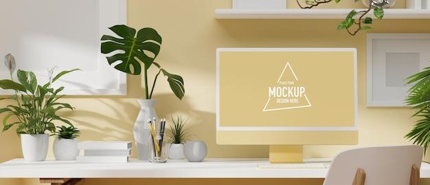 Design accogliente dello spazio di lavoro giallo chiaro con monitor per computer, piante minimali, decorazioni moderne sulla scrivania bianca. rendering 3d, illustrazione 3d