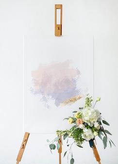 Un dipinto artigianale su tela in piedi su un cavalletto