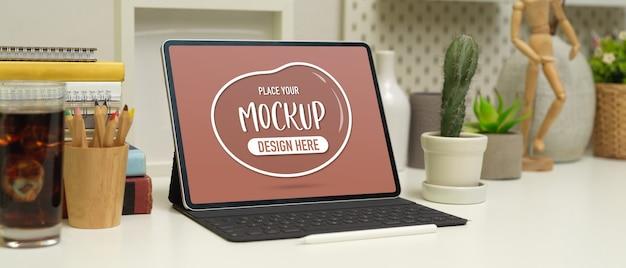 Ritagliata colpo di posto di lavoro con mock up laptop