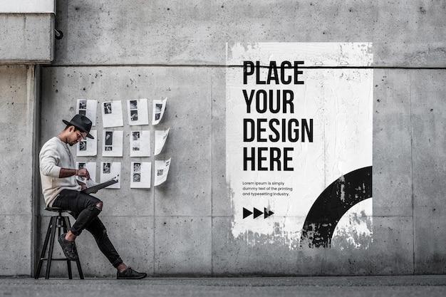 Mockup di poster urbano accartocciato