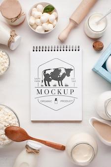 Disposizione dei latticini con mock-up di blocco note