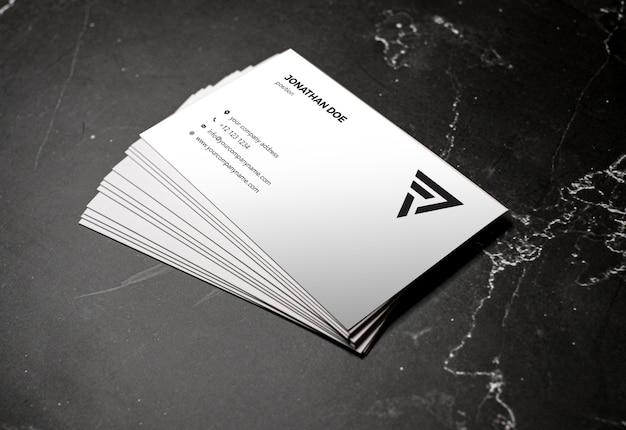 Mockup del biglietto da visita impilato prospettiva di marmo scura