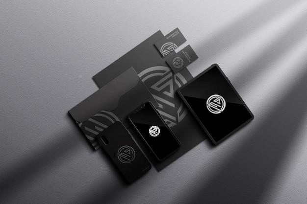 Mockup di set stazionario scuro con ombra elegante