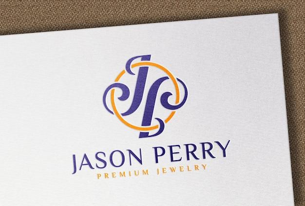 Modello con logo a colori impresso su carta ruvida bianca