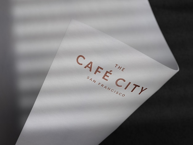 Mockup logo inciso su carta non patinata