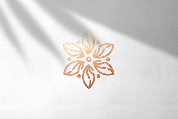 Mockup logo impresso su carta bianca con lamina di bronzo