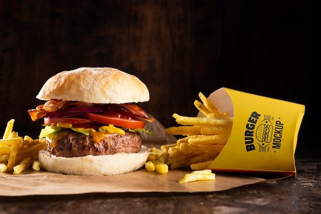 Delizioso menu di hamburger con patatine fritte mock-up