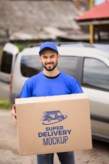 Corriere del servizio di consegna con scatola mock-up
