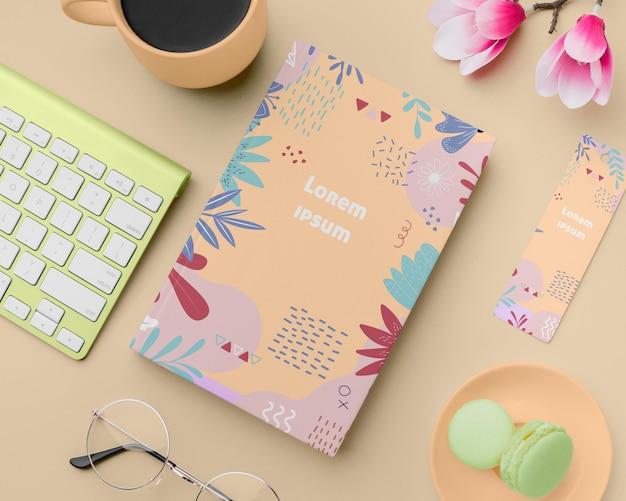 Concetto di scrivania con libro