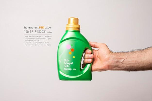Bottiglia di detersivo liquido davanti a sfondo grigio chiaro