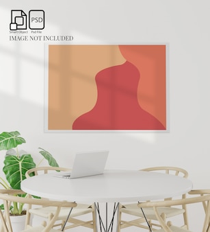 Lo spazio stabilito della copia della tavola e della sala da pranzo su fondo bianco, la vista frontale, il taccuino, parete bianca per derisione su lavora, la rappresentazione 3d