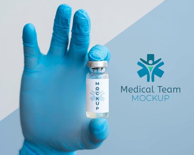 Medico che tiene una bottiglia di vaccino
