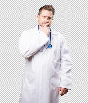 Uomo del medico preoccupato su bianco
