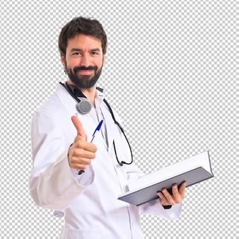 Medico con il pollice su sfondo bianco