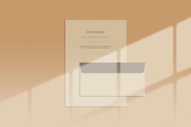 Documento e busta con ombra della finestra