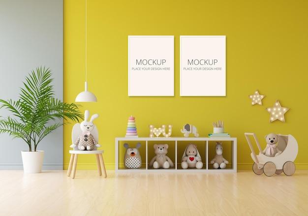 Bambola e giocattolo nella stanza dei bambini gialla con mockup di cornice