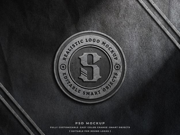 Mockup di logo di cemento polveroso su tessuto ruvido logo vintage inciso mockup