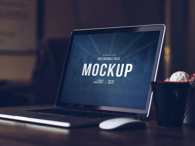 Schermo del computer modificabile mock up, isolato moderno computer portatile ritagliato con ombra mockup