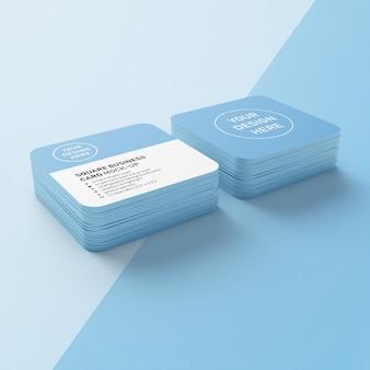 Due pile di biglietti da visita premium modificabili con modello di progettazione mockup angolo rotondo nella vista prospettica inferiore
