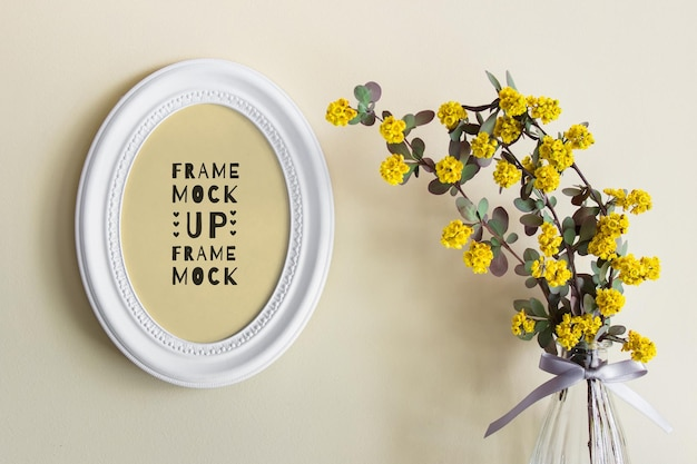 Mockup psd modificabile con cornice bianca ovale rotonda e fiori estivi gialli in vaso di vetro