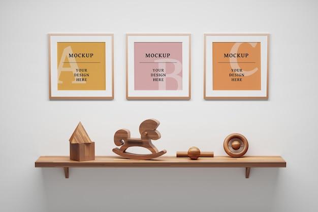 Mockup psd modificabile con tre cornici quadrate vuote ripiano in legno decorativo e giocattoli in legno