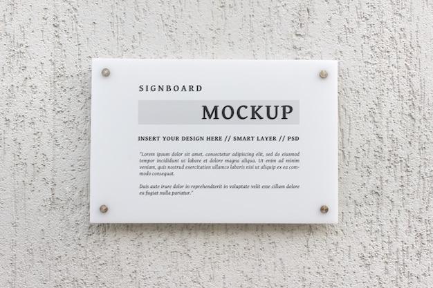 Mockup psd di cancelleria modificabile di insegna di vetro bianco