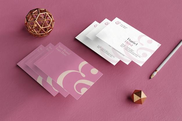 Elegante mockup di biglietti da visita nel pavimento rosa